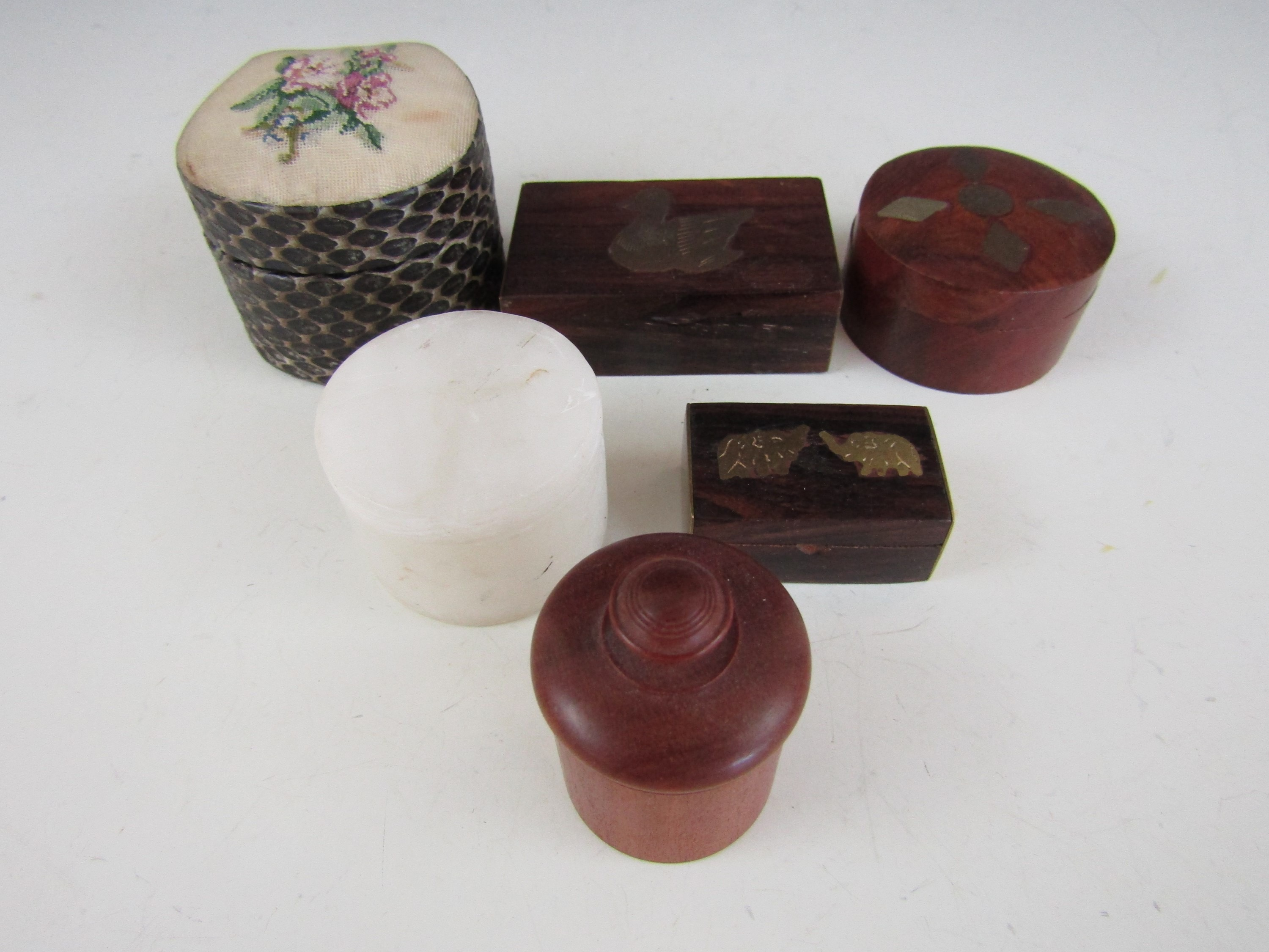 Lot 25 - Vintage treen and other trinket boxes, including a 1940s needlework jewellery box etc (6)