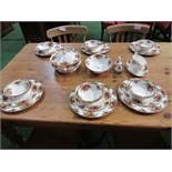 Qty of Royal Albert 'Old Country Roses' dinner ware, approx. 30 pieces. Estimate £100-120.