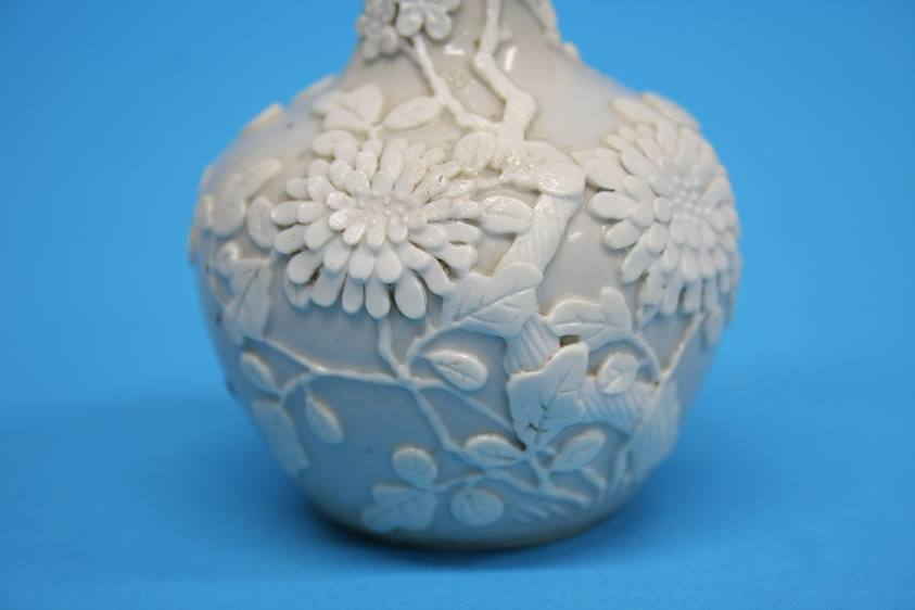 Lot 18 - An 18th / 19th century Chinese bottle vase, decora