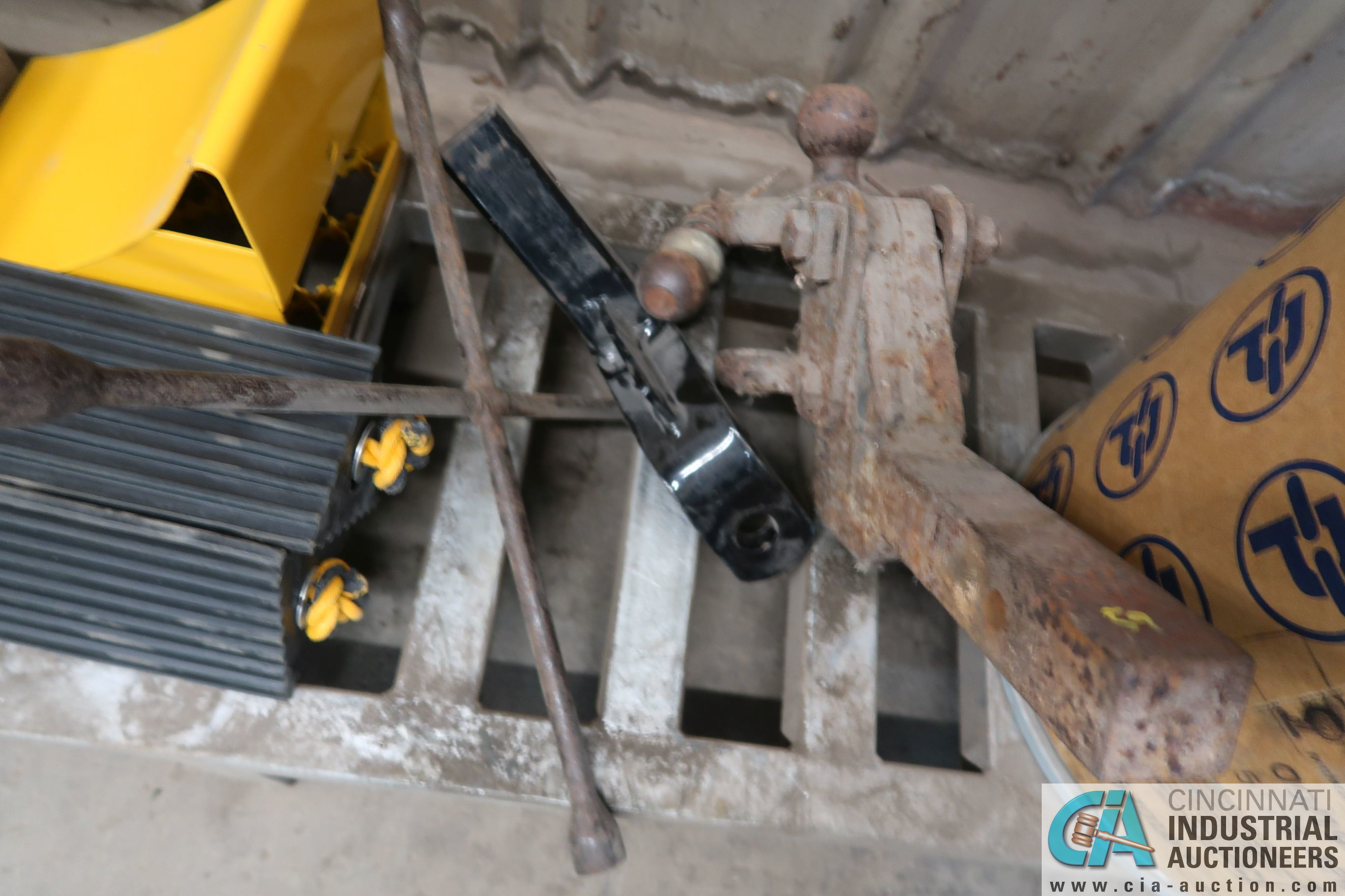 (LOT) MISC. TIRE CHUCKS, CHAINS, HITCHES, WHEELS - Image 4 of 5