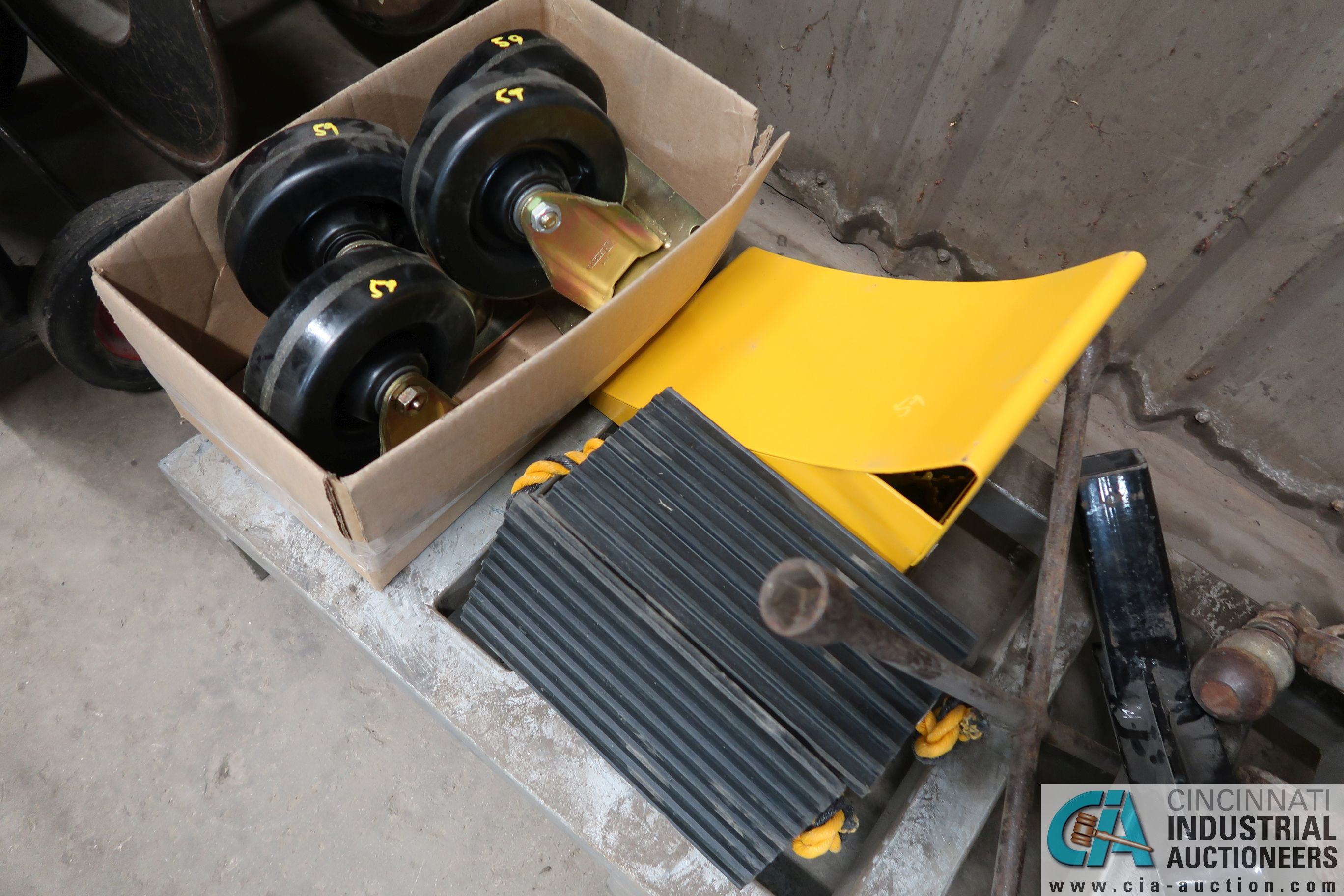 (LOT) MISC. TIRE CHUCKS, CHAINS, HITCHES, WHEELS - Image 5 of 5