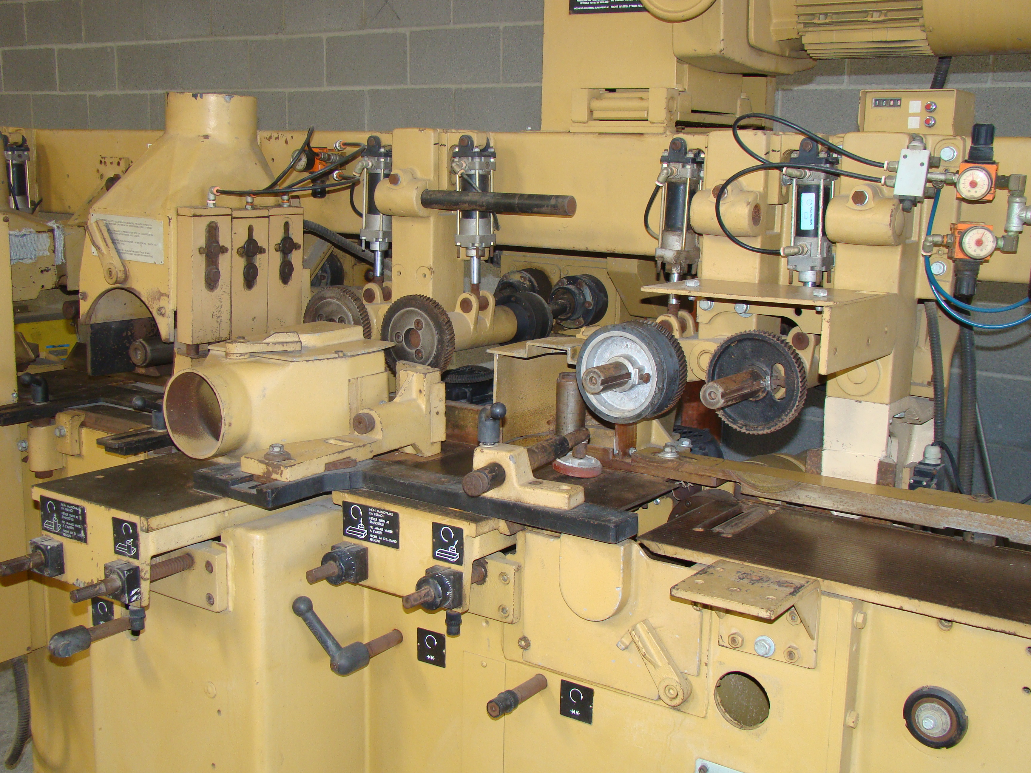 """SCMi 9"""" Wood Moulder, Model: P230 5 Head 6.6HP 220/440 Volts 3Phase - Image 2 of 14"""