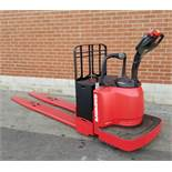 RAYMOND (2010) 8400 24V ELECTRIC RIDE-ON PALLET JACK WITH 8000 LB. CAPACITY, 9929 HRS (RECORDED AT