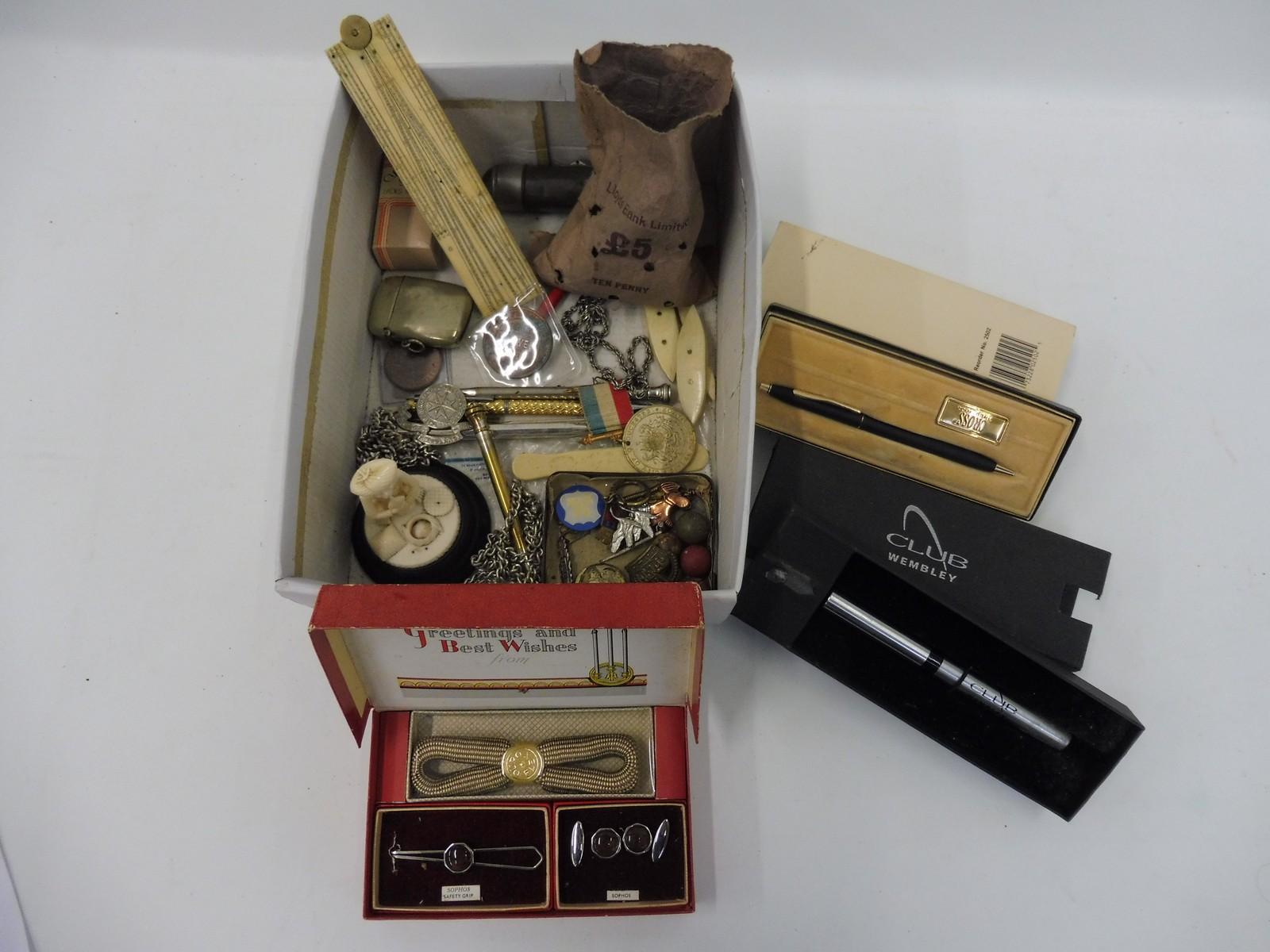 Lot 20 - A selection of mixed collectables including propelling pencils etc.