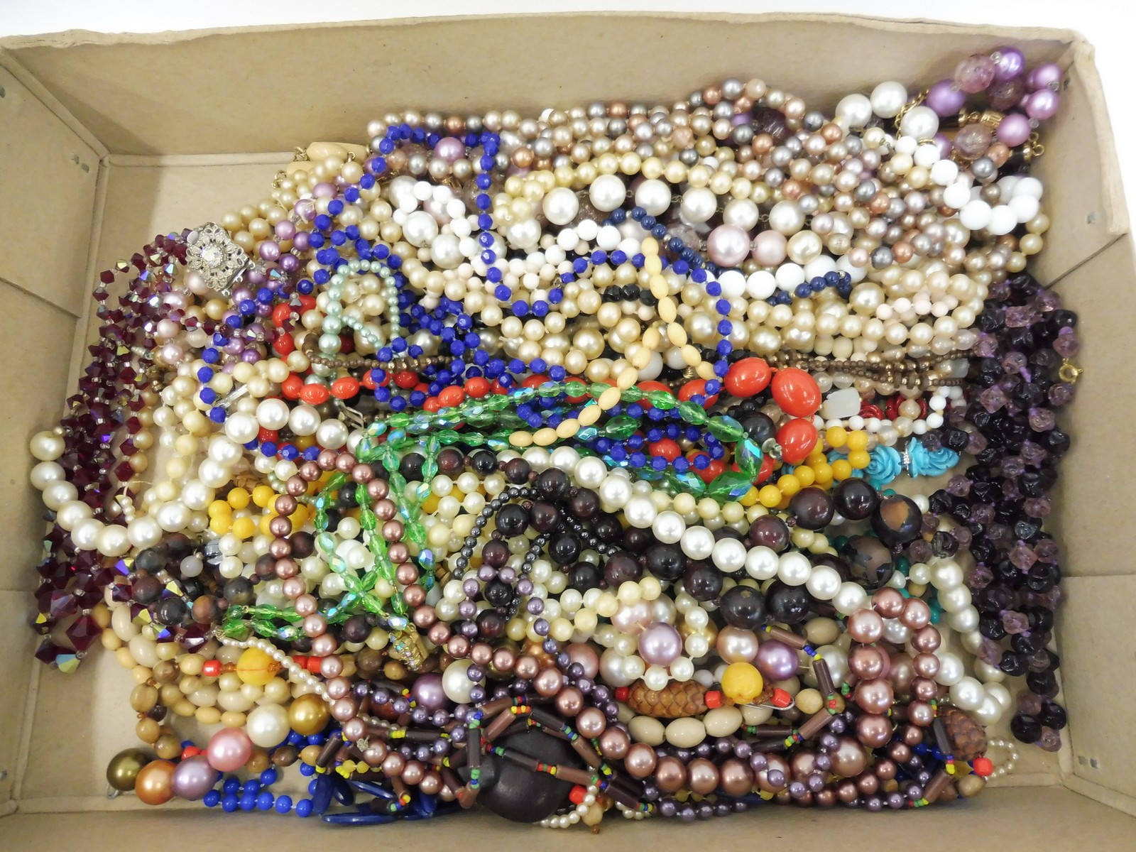 Lot 44 - A tray of assorted necklaces including pearls, beads etc.