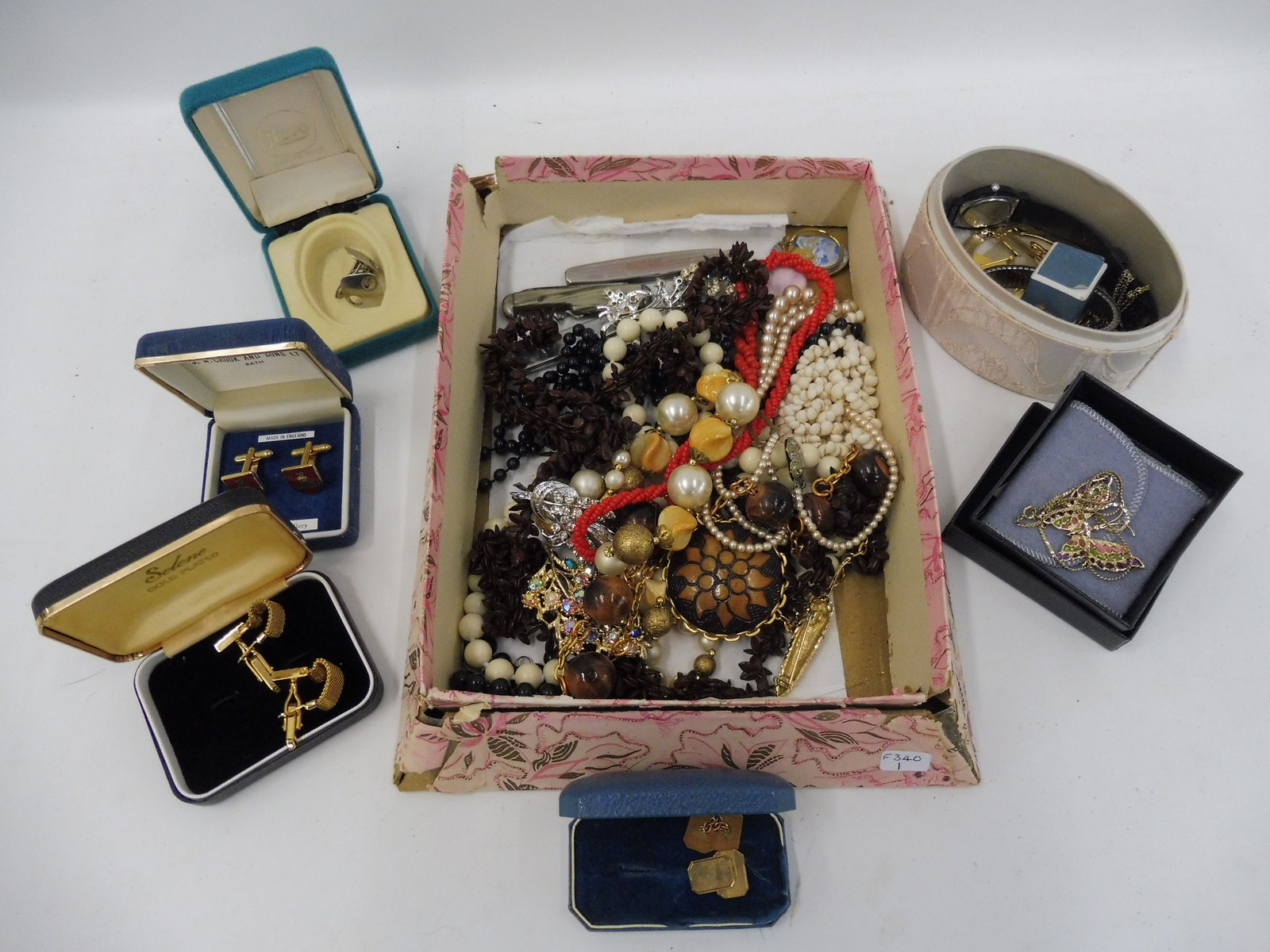 Lot 24 - A quantity of assorted jewellery including a cased pair of 9ct gold cufflinks.