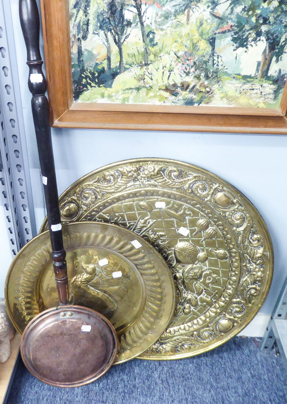 Lot 330 - VICTORIAN COPPER BED WARMING PAN WITH TURNED WOOD HANDLE, EMBOSSED BRASS PLAQUE CENTRED WITH A