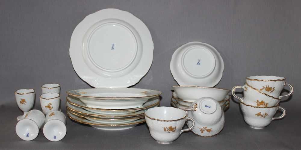 Lot 12 - Porzellan. Meissen. Kaffeegeschirr- 5 Kaffeetassen mit passenden Unterschalen, 5 Eierbechern und 5