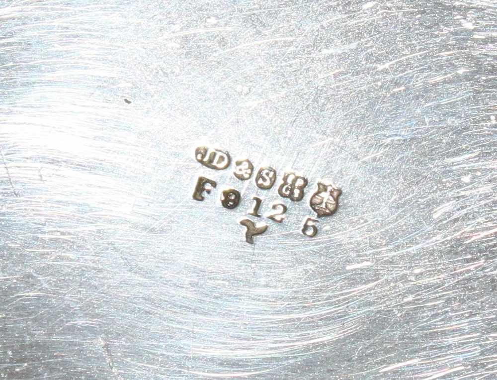 Lot 32 - Metall / Versilbert. England. Teekannemit Sahnegießer und Zuckerdose (ohne Deckel) mit floral /