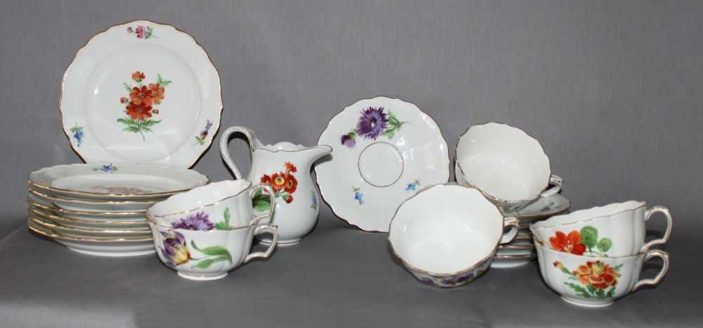Lot 19 - Porzellan. Meissen. 20 - teiliges Kaffeeservicemit polychromer Blumenverzierung: Bestehend aus einem