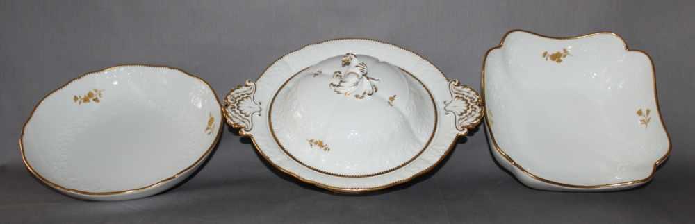 Lot 15 - Porzellan. Meissen. Eine Tellerterrinemit Deckel, ein runde Servierschale und eine kleine