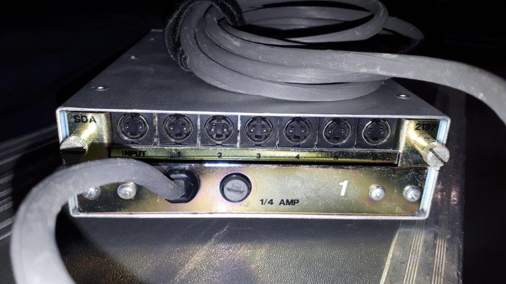 Lot 24 - Ampli de signal YC Sigma SDA-2682 + Coffre pour ampli de distribution YC