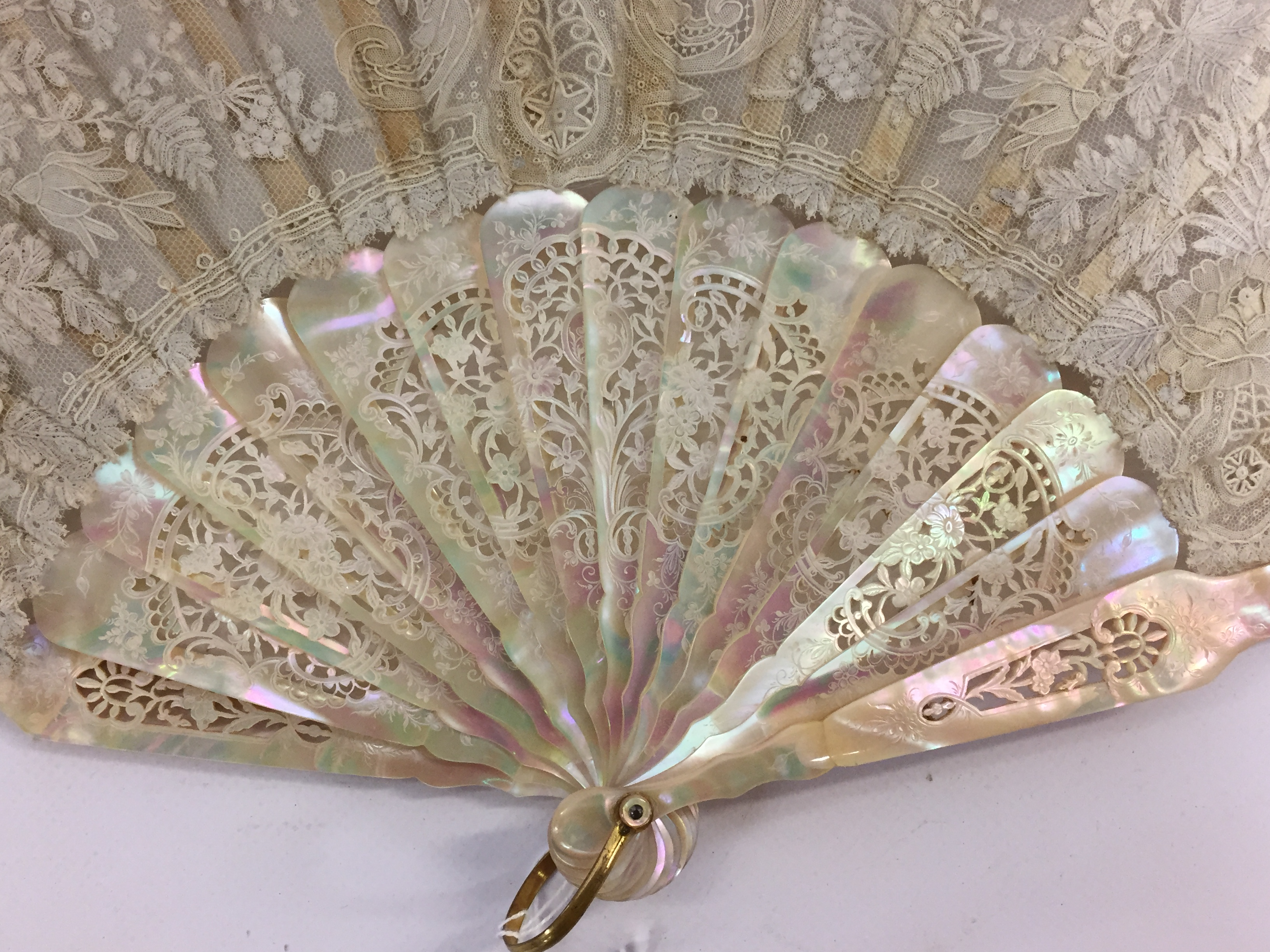 Lot 100 - A C19TH FRENCH MOTHER OF PEARL AND SATIN FAN WITH LACE , PRESENTED IN CARDBOARD BOX,