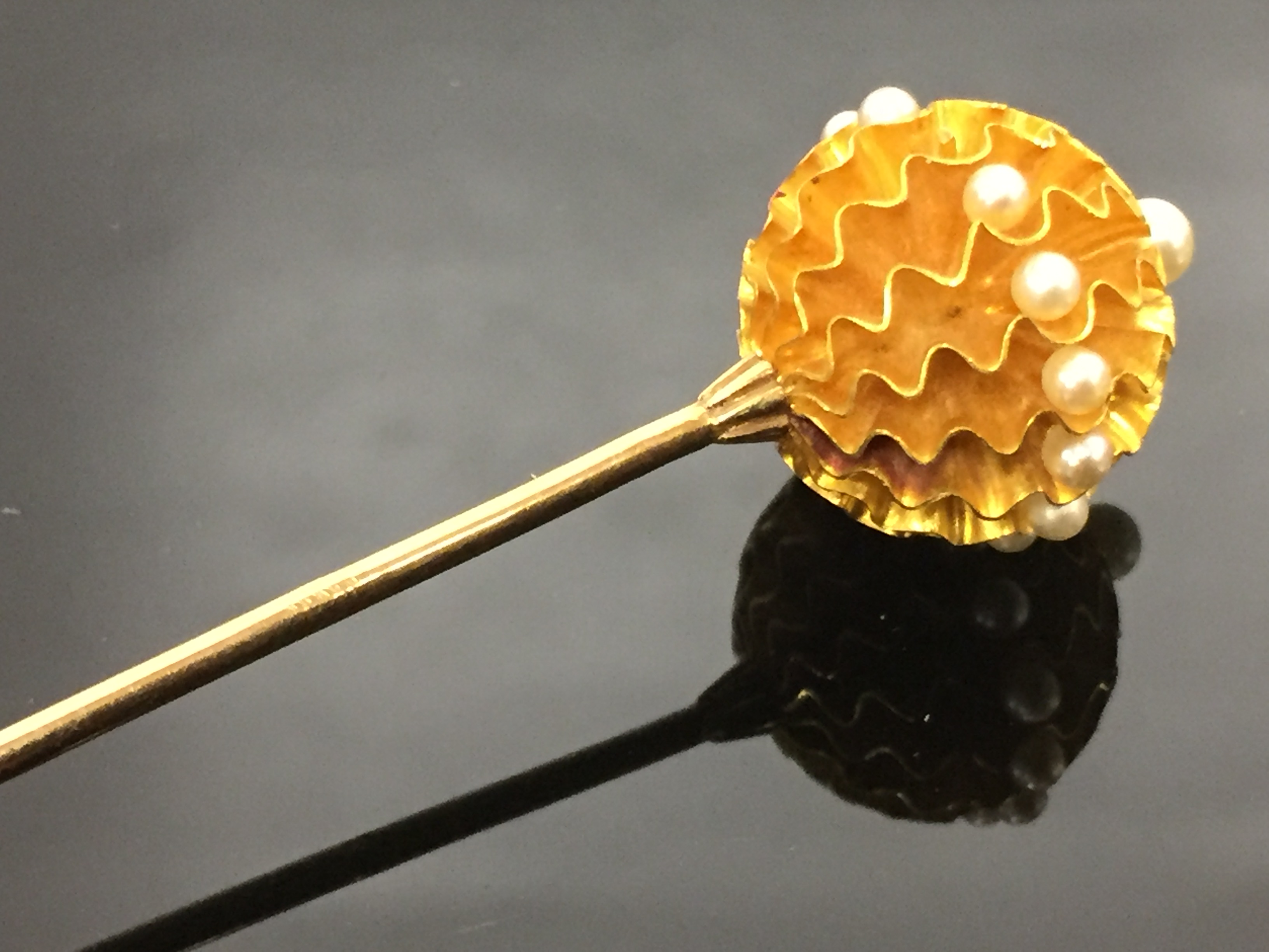 Lot 119 - A 9CT GOLD HAT PIN WITH GOLD BALL TO TOP.