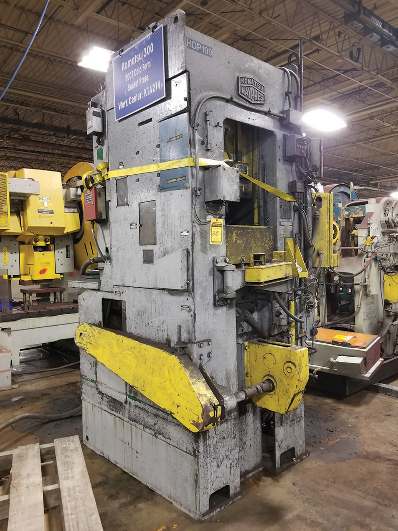 Lot 28 - KOMATSU 300-TON PRESS, 4'' SLIDE ADJUSTMENT, AIR CLUTCH/COUNTERBALANCE, WINTRISS DIPRO 1500 DIE