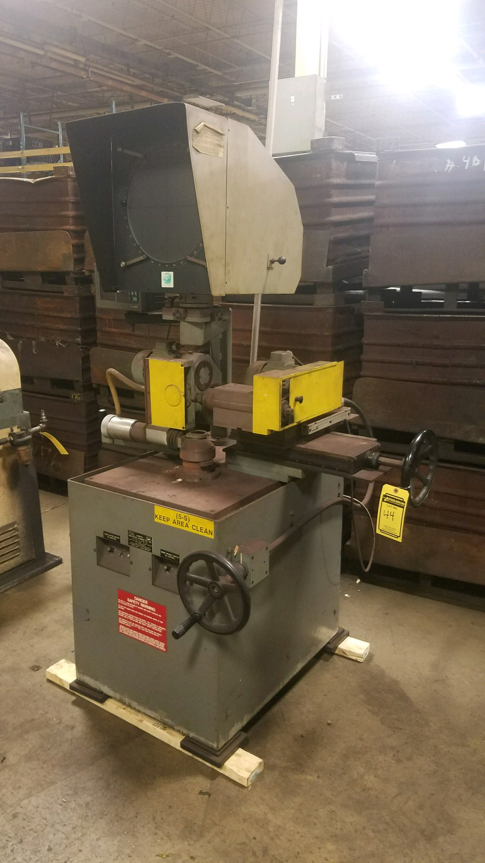 Lot 44 - GENERAL INDUSTRIAL DIAMOND LATHE/ OPTICAL COMPARATOR, MODEL 252, S/N 122894, SPINDLE CONTROL,