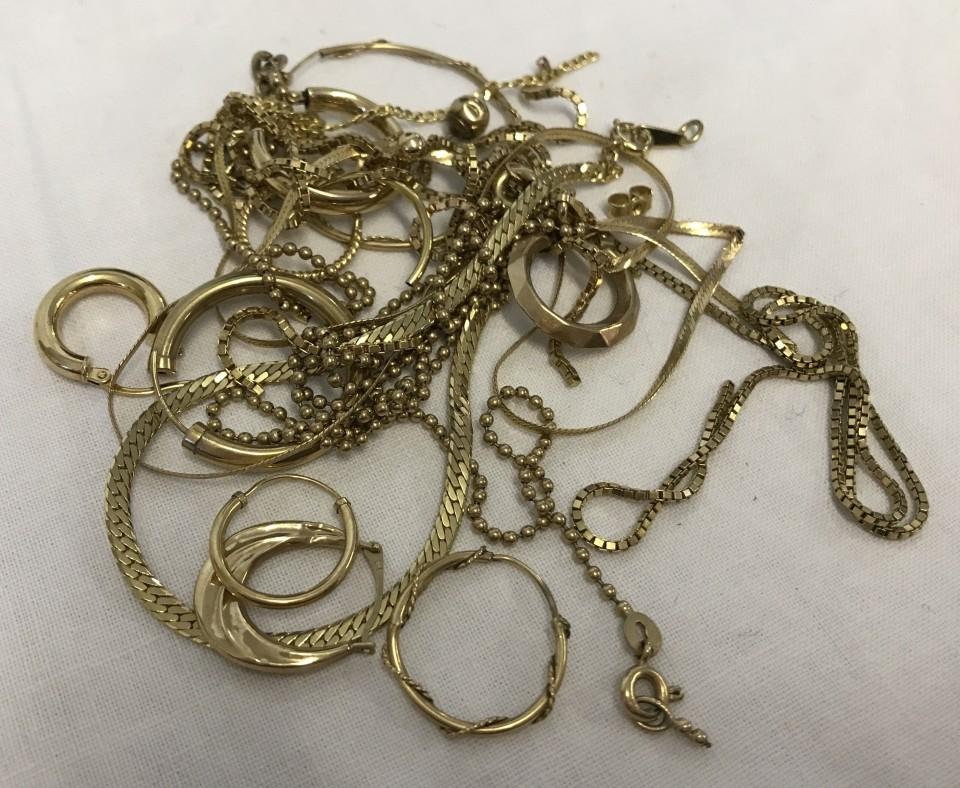 Lot 19 - A quantity of 9ct gold scrap/broken jewellery.