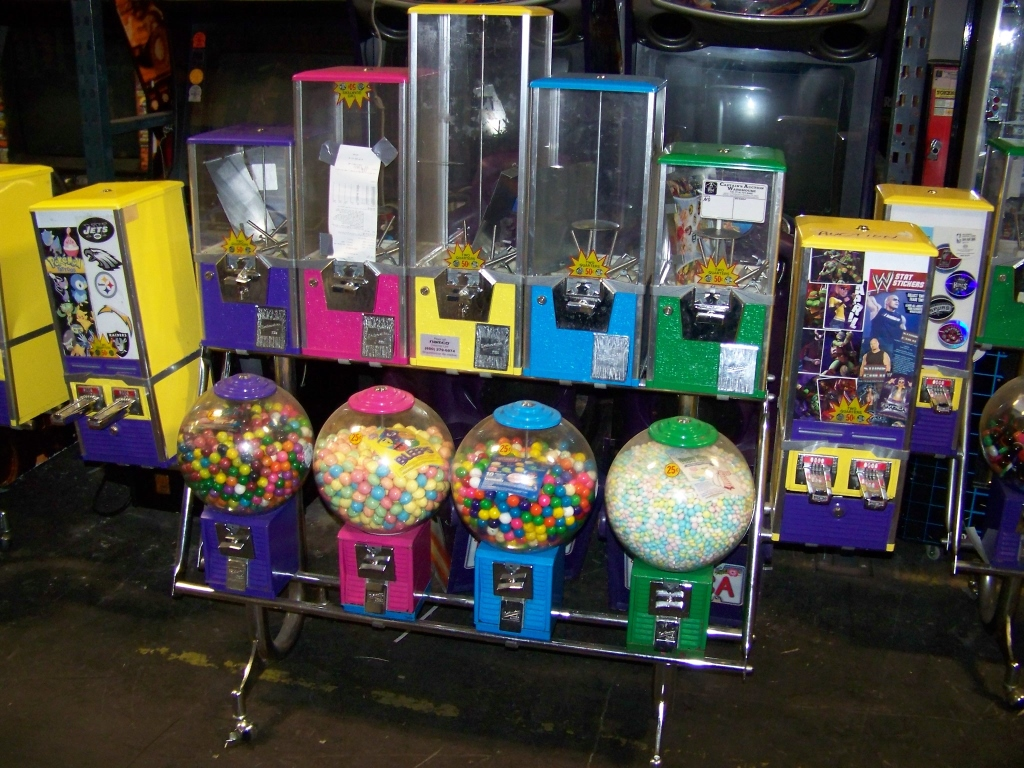 Lot 9 - NORTHWESTERN SENTINEL CANDY BULK VENDING COMBO RAC Item is in used condition. Evidence of wear and