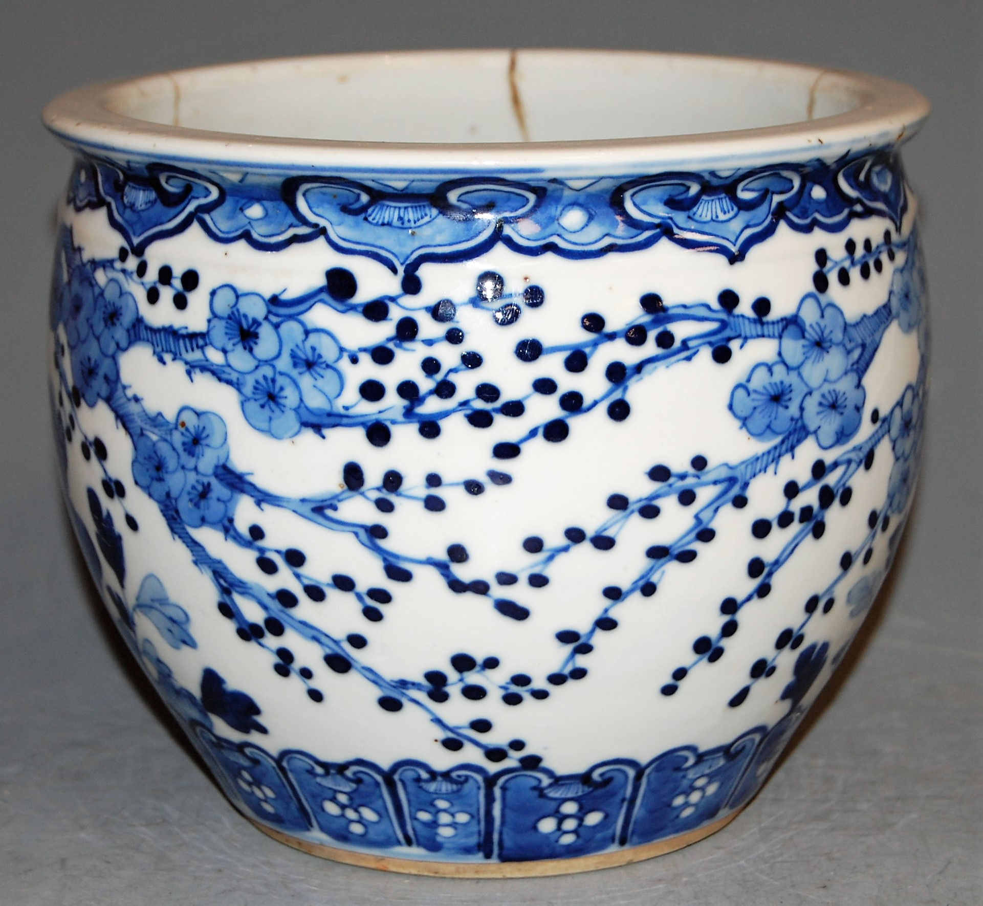 Lot 29 - An 18th century Chinese blue and white jardinière, underglaze blue decorated with birds amongst