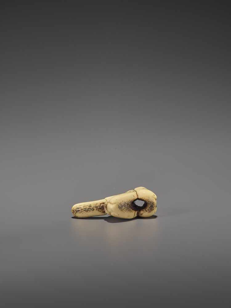 A RARE STAG ANTLER SHUNGA NETSUKE OF OKAME AND TENGU MASKS UnsignedJapan, 19th century, Edo - Image 10 of 10