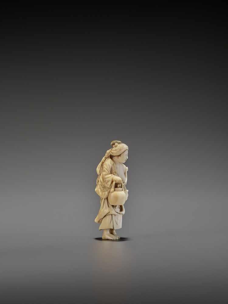 CHIKUYOSAI TOMOCHIKA: A MAGNIFICENT IVORY NETSUKE OF A MOTHER WITH CHILD By Chikuyosai Tomochika, - Image 7 of 10
