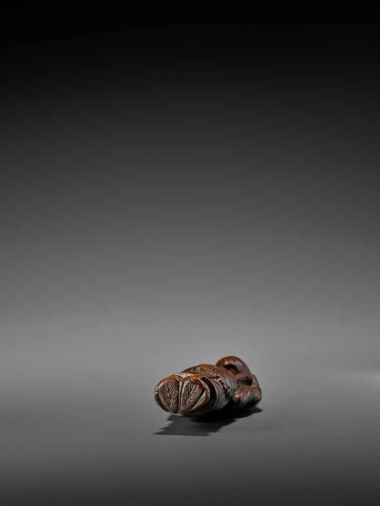 A LARGE AND EARLY WOOD NETSUKE OF A CHINESE COURT OFFICIAL UnsignedJapan, early 18th century, Edo - Image 8 of 8