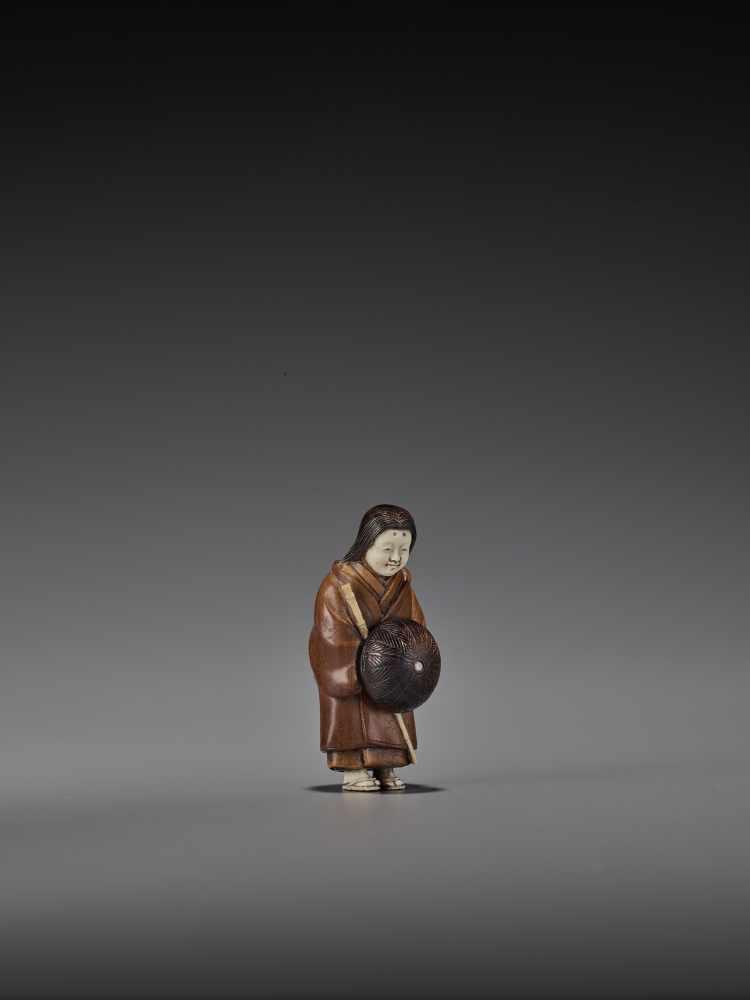 RAKUMIN: A RARE WOOD AND IVORY NETSUKE OF A VISITING COURTESAN By Ho Rakumin, signed RakuminJapan, - Image 8 of 10