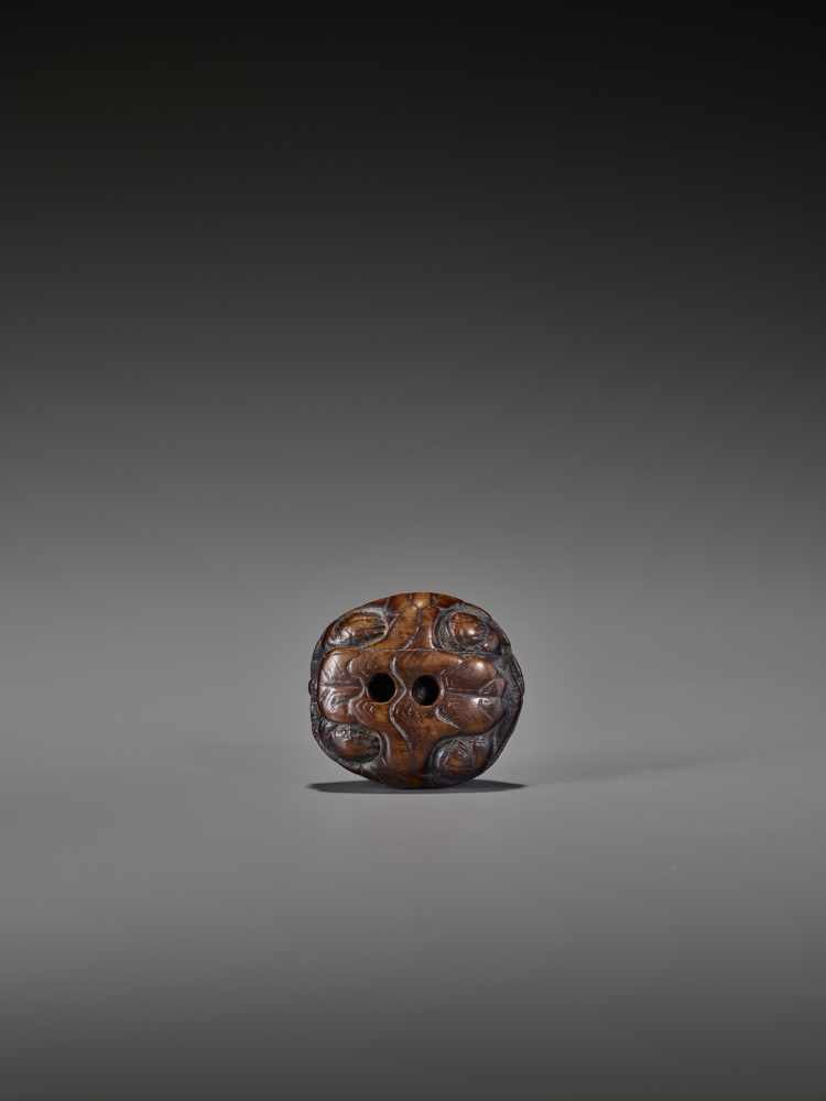 A WOOD NETSUKE OF A RETRACTED TORTOISE UnsignedJapan, 18th century, Edo period (1615-1868)This early - Image 10 of 10