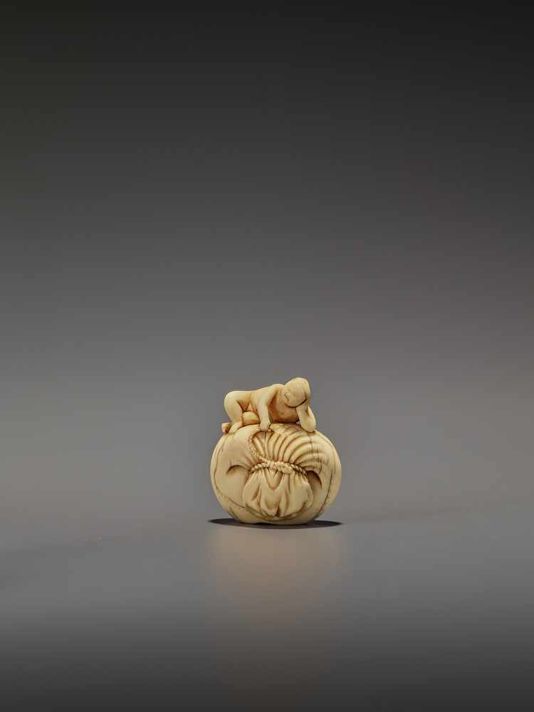 AN EARLY IVORY NETSUKE OF A NAKED MAN SLEEPING ON A BAG UnsignedJapan, mid-18th century, Edo - Image 3 of 8