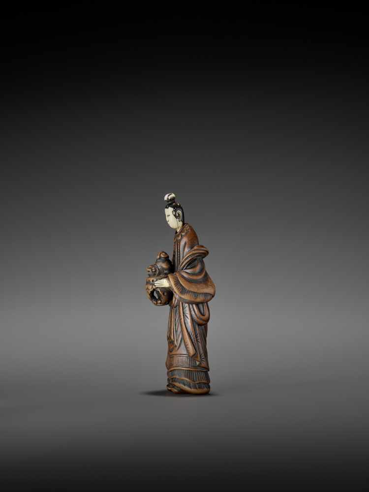 AN IMPORTANT WOOD AND IVORY SHUNGA NETSUKE OF A CHINESE LADY WITH SHISHI CENSER ATTRIBUTED TO - Image 7 of 12