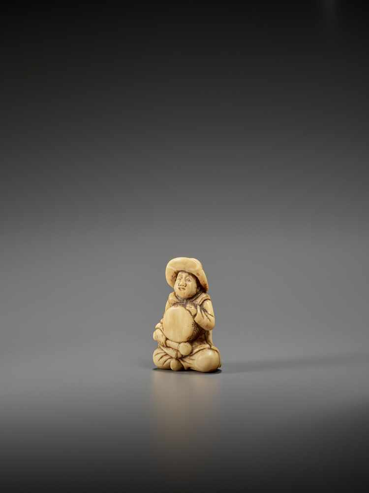 AN IVORY NETSUKE OF A DUTCHMAN WITH DRUM UnsignedJapan, late 18th century, Edo period (1615-1868) - Image 3 of 7