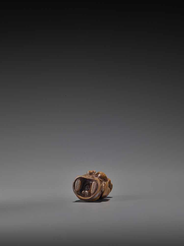 A RARE WOOD 'DOUBLE SHUNGA' NETSUKE OF A MOTHER AND CHILD UnsignedJapan, 18th century, Edo period ( - Image 2 of 8
