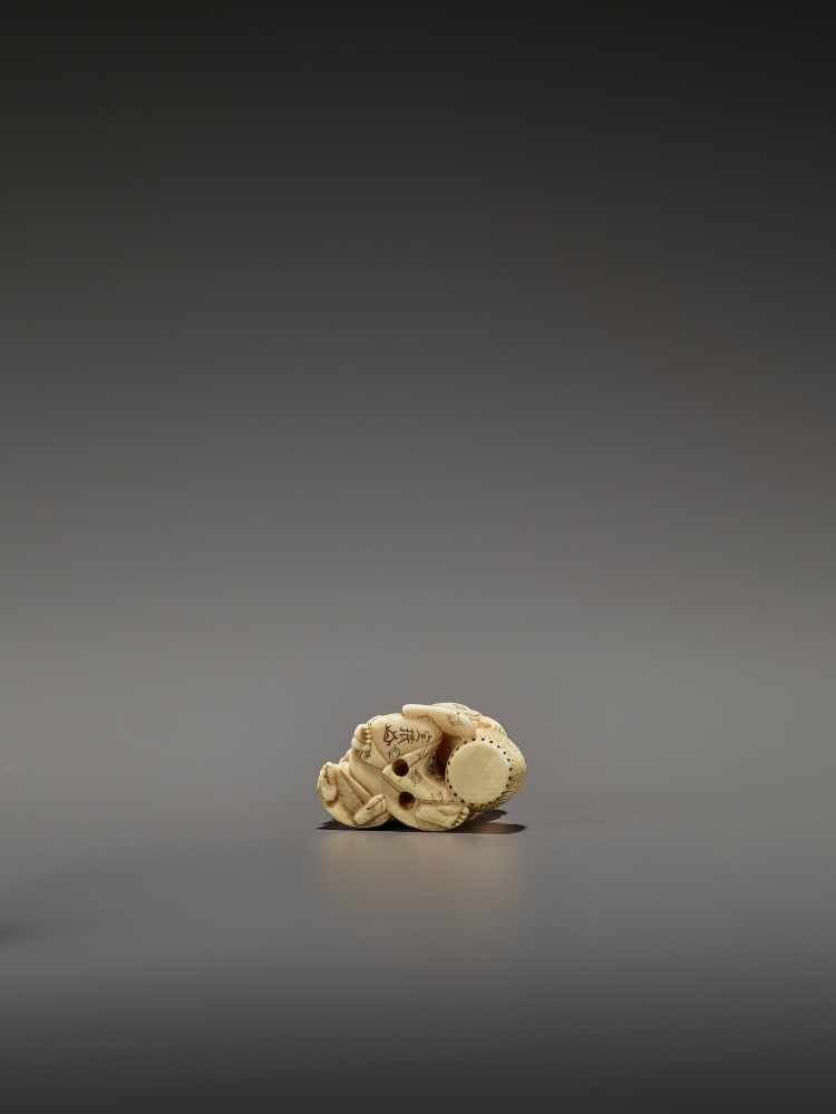 HOMIN: AN IVORY NETSUKE OF TWO BOYS AS MUSICIANS By Homin, signed Homin with kaoJapan, Edo/Tokyo, - Image 9 of 10