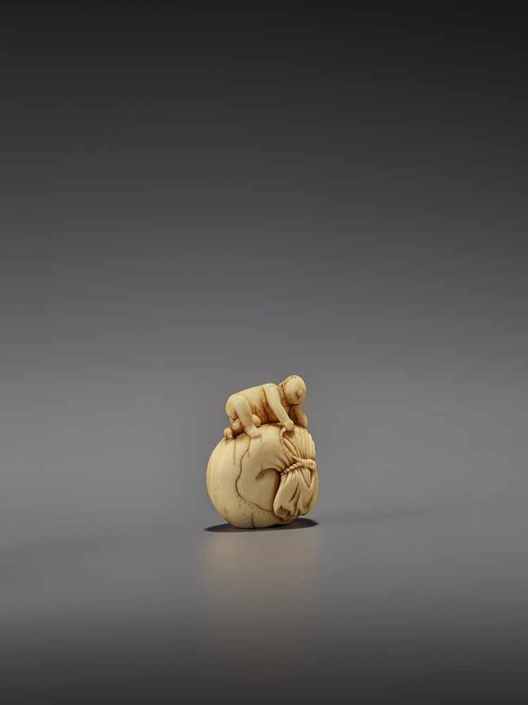 AN EARLY IVORY NETSUKE OF A NAKED MAN SLEEPING ON A BAG UnsignedJapan, mid-18th century, Edo - Image 6 of 8