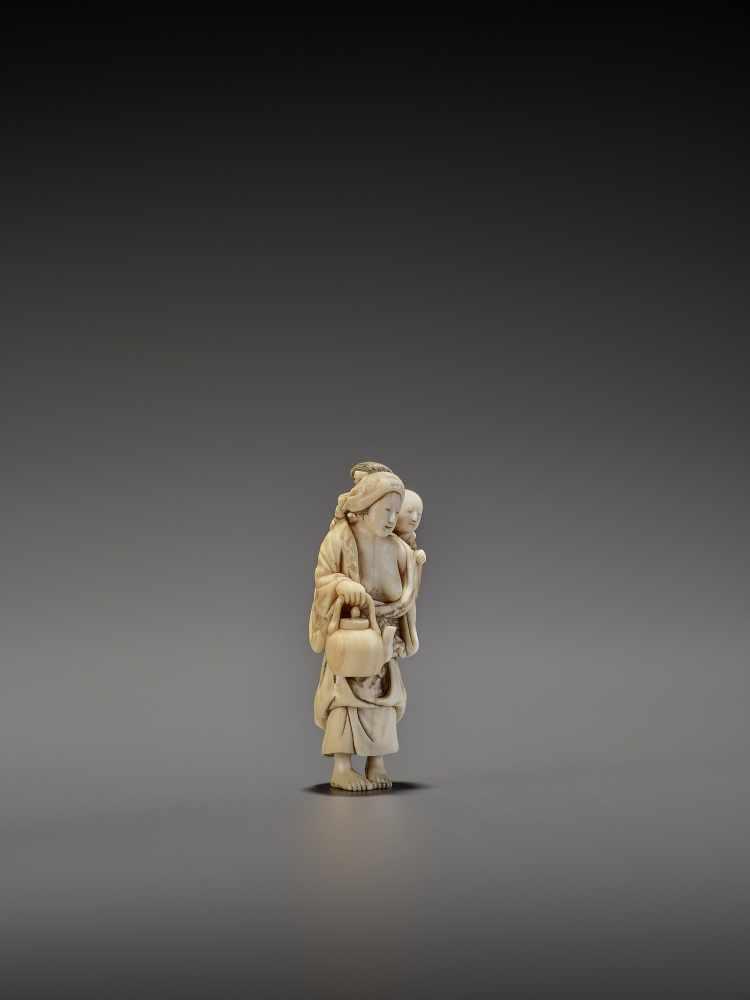 CHIKUYOSAI TOMOCHIKA: A MAGNIFICENT IVORY NETSUKE OF A MOTHER WITH CHILD By Chikuyosai Tomochika, - Image 8 of 10