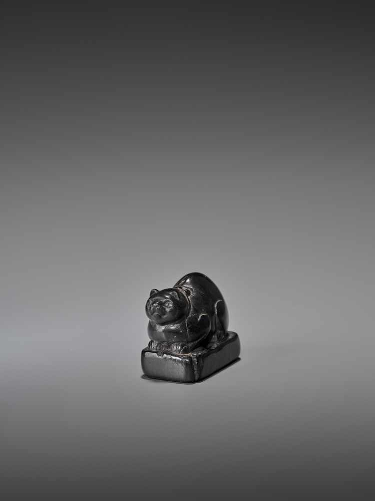 AN EARLY EBONY WOOD NETSUKE OF A WELL-FED CAT ON A BASE UnsignedJapan, early 18th century, Edo - Image 8 of 9