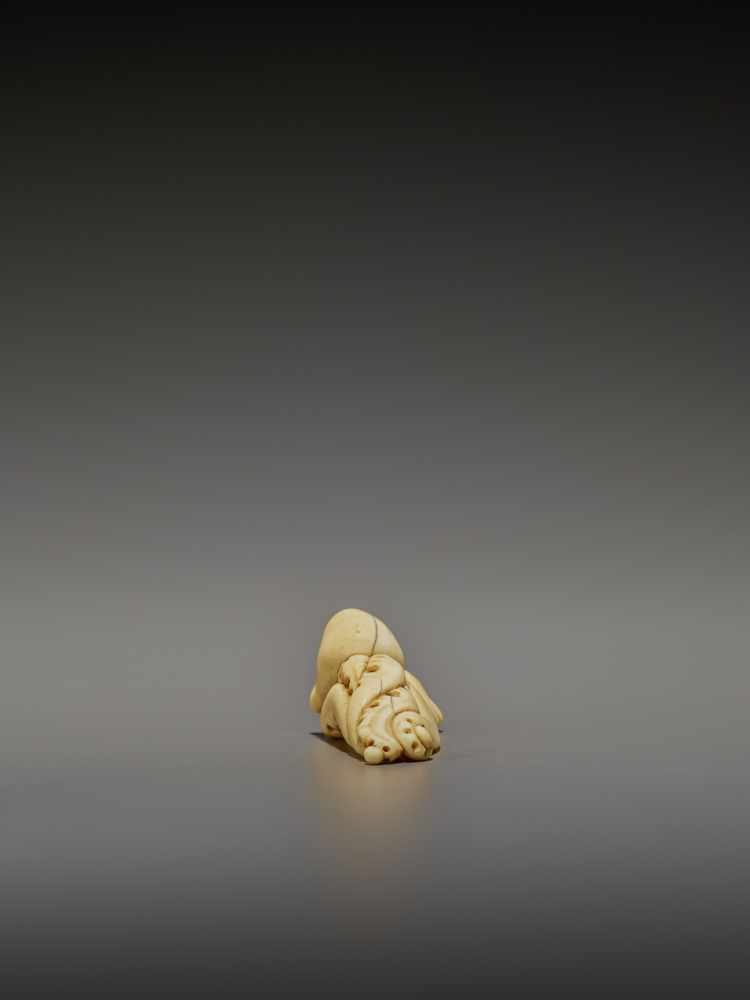 A RARE IVORY NETSUKE OF AN OCTOPUS UnsignedJapan, early 19th century, Edo period (1615-1868)The - Image 7 of 11