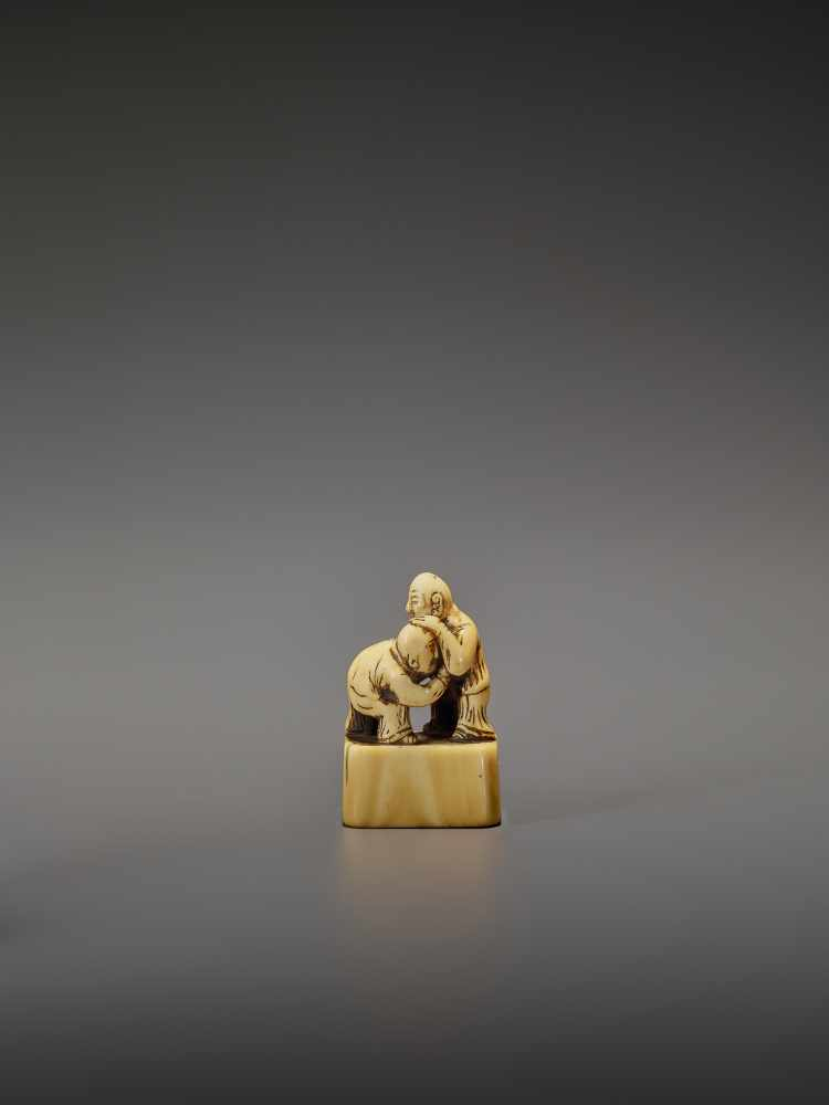 AN EARLY IVORY NETSUKE OF TWO CHINESE WRESTLERS UnsignedJapan, early 18th century, Edo period ( - Image 2 of 9