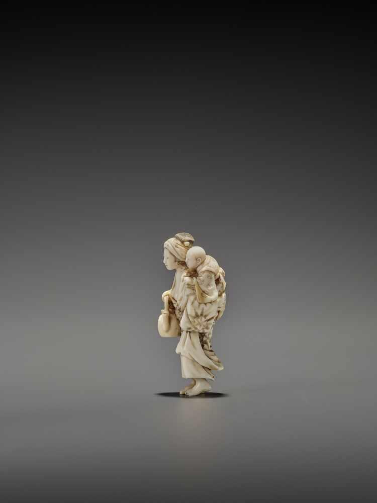 CHIKUYOSAI TOMOCHIKA: A MAGNIFICENT IVORY NETSUKE OF A MOTHER WITH CHILD By Chikuyosai Tomochika, - Image 5 of 10
