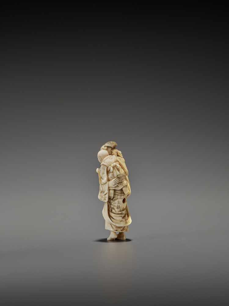 CHIKUYOSAI TOMOCHIKA: A MAGNIFICENT IVORY NETSUKE OF A MOTHER WITH CHILD By Chikuyosai Tomochika, - Image 6 of 10