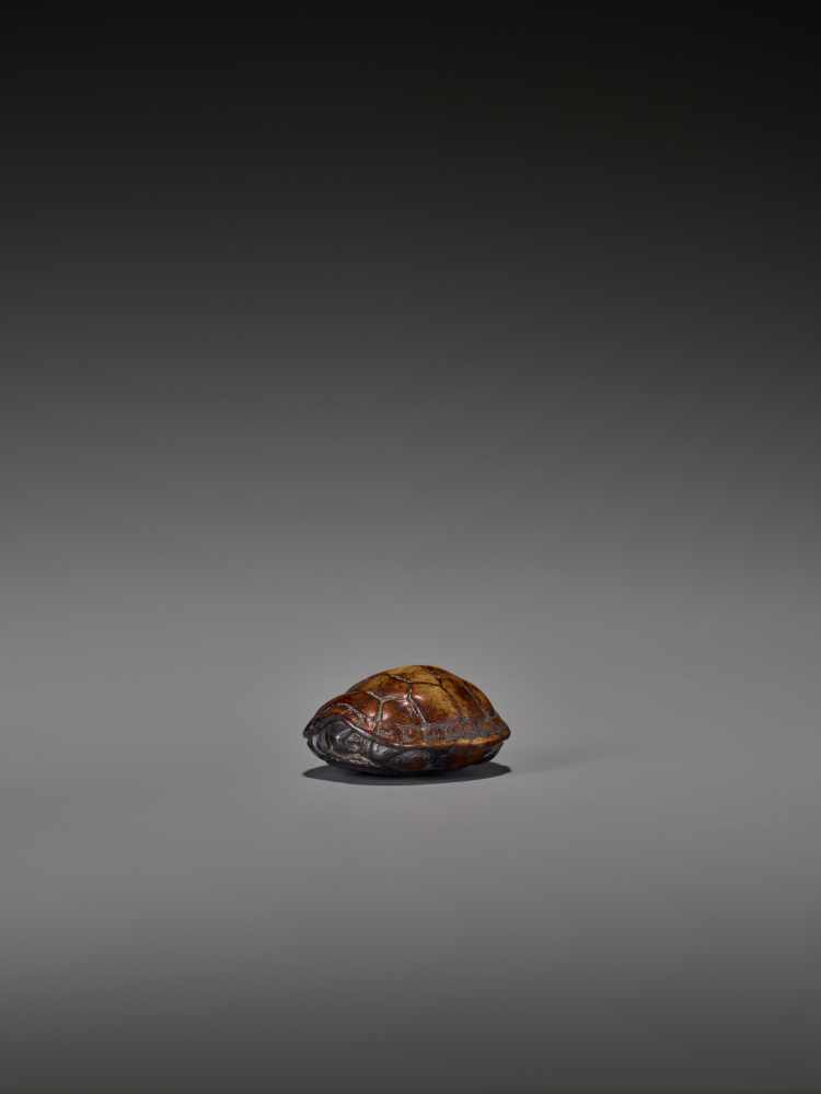 A WOOD NETSUKE OF A RETRACTED TORTOISE UnsignedJapan, 18th century, Edo period (1615-1868)This early - Image 3 of 10