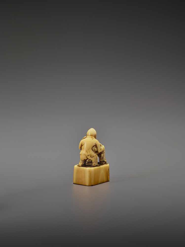 AN EARLY IVORY NETSUKE OF TWO CHINESE WRESTLERS UnsignedJapan, early 18th century, Edo period ( - Image 5 of 9
