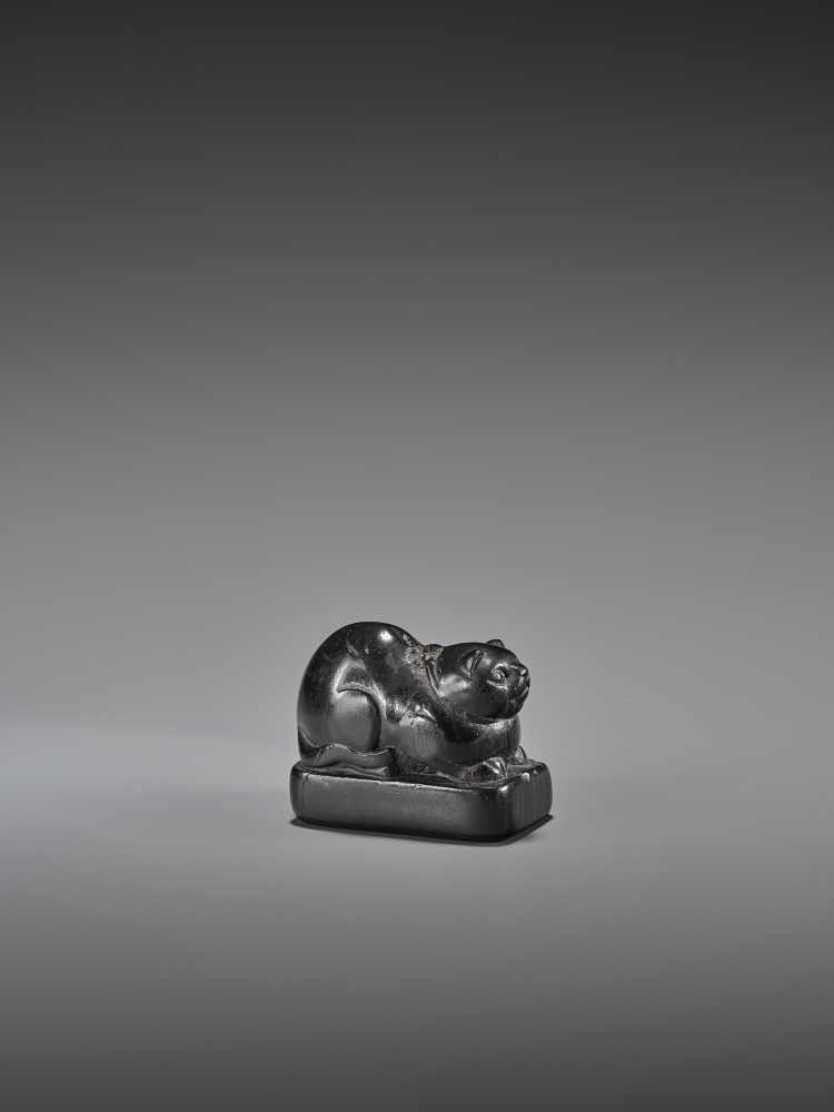 AN EARLY EBONY WOOD NETSUKE OF A WELL-FED CAT ON A BASE UnsignedJapan, early 18th century, Edo - Image 6 of 9