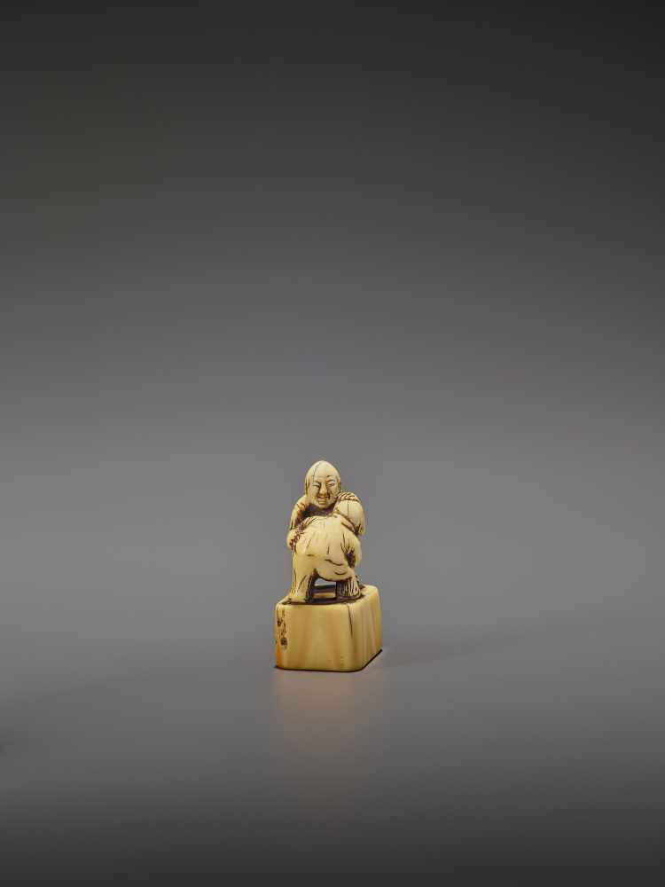 AN EARLY IVORY NETSUKE OF TWO CHINESE WRESTLERS UnsignedJapan, early 18th century, Edo period ( - Image 7 of 9