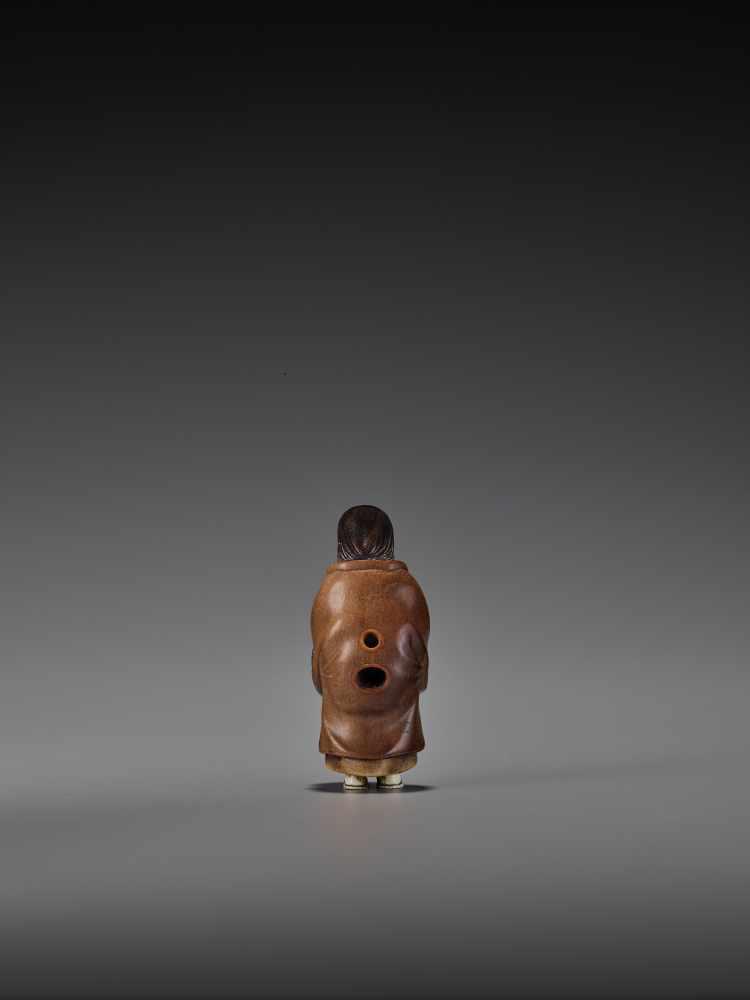 RAKUMIN: A RARE WOOD AND IVORY NETSUKE OF A VISITING COURTESAN By Ho Rakumin, signed RakuminJapan, - Image 2 of 10