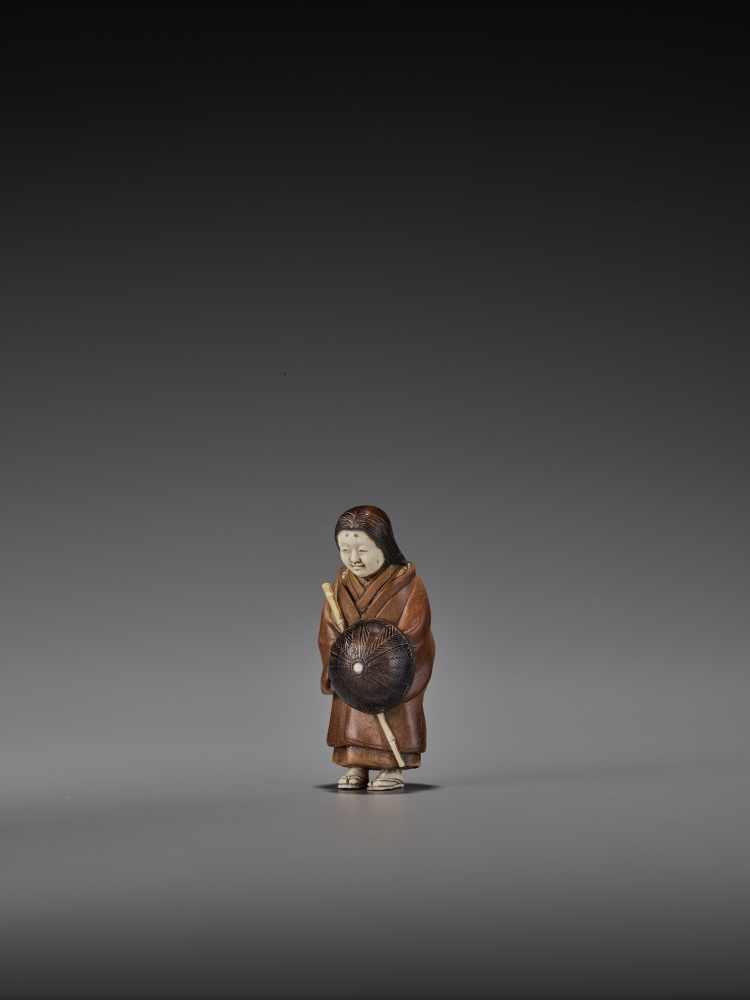RAKUMIN: A RARE WOOD AND IVORY NETSUKE OF A VISITING COURTESAN By Ho Rakumin, signed RakuminJapan, - Image 3 of 10