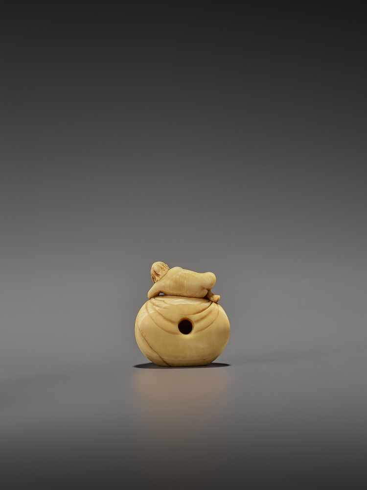 AN EARLY IVORY NETSUKE OF A NAKED MAN SLEEPING ON A BAG UnsignedJapan, mid-18th century, Edo - Image 2 of 8