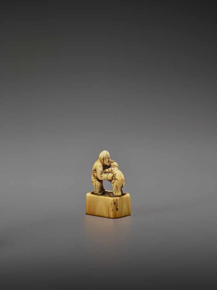 AN EARLY IVORY NETSUKE OF TWO CHINESE WRESTLERS UnsignedJapan, early 18th century, Edo period ( - Image 6 of 9