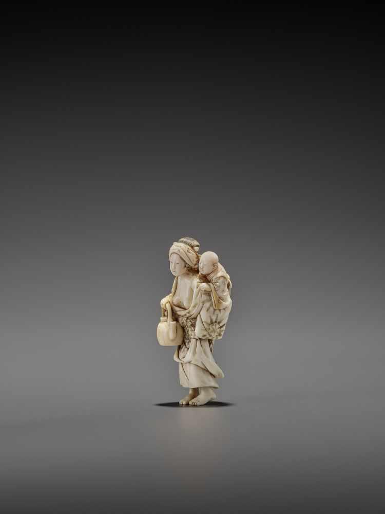 CHIKUYOSAI TOMOCHIKA: A MAGNIFICENT IVORY NETSUKE OF A MOTHER WITH CHILD By Chikuyosai Tomochika, - Image 4 of 10
