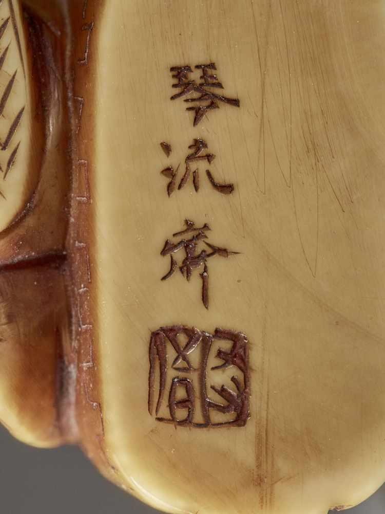 KINRYUSAI: AN IVORY NETSUKE OF KAN'U BEING MASSAGED BY A BLIND MAN By Kinryusai, signed Kinryusai - Image 10 of 10
